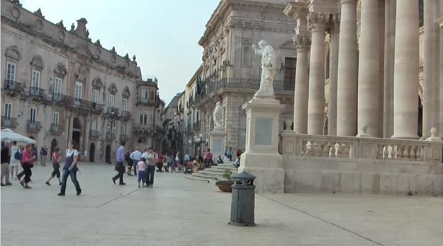 sicily tour taormina square