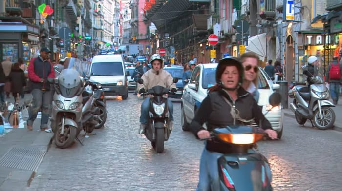 naples travel guide saccanapoli busy street vespa traffic